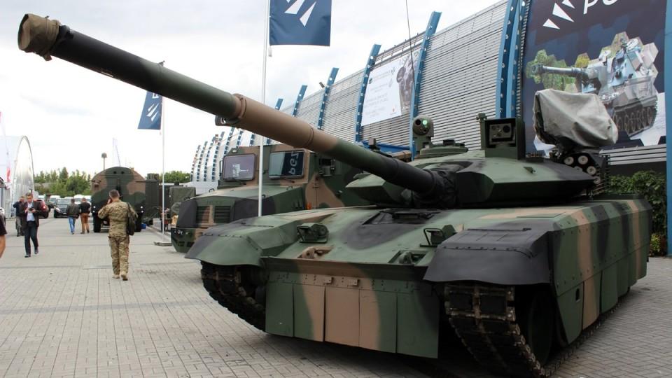 Українська армія отримала нову партію танків та бронетранспортерів