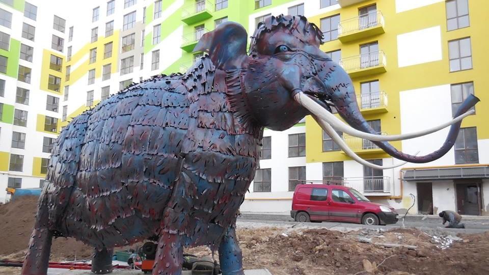 У Рівному встановили гігантського мамонта. ФОТО