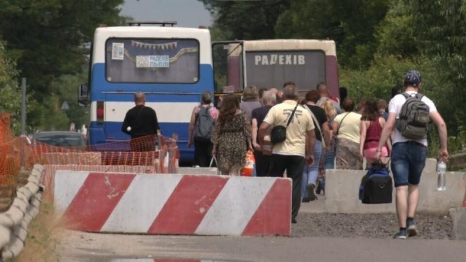 На трасі Луцьк-Львів замість обваленого мосту починають будувати тимчасовий