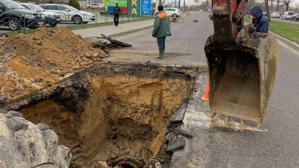 У Луцьку – аварія на каналізаційному колекторі. Перекрили рух на вулиці Карпенка-Карого