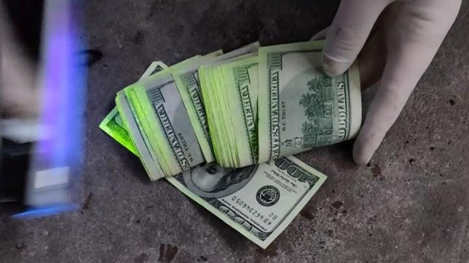 Три тисячі доларів за непритягнення до криміналу. У Луцьку на хабарі попався правоохоронець
