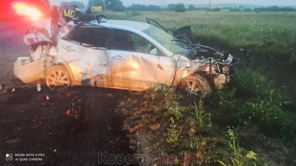 У Ковельському районі через «острівець» на дорозі розбилася автівка