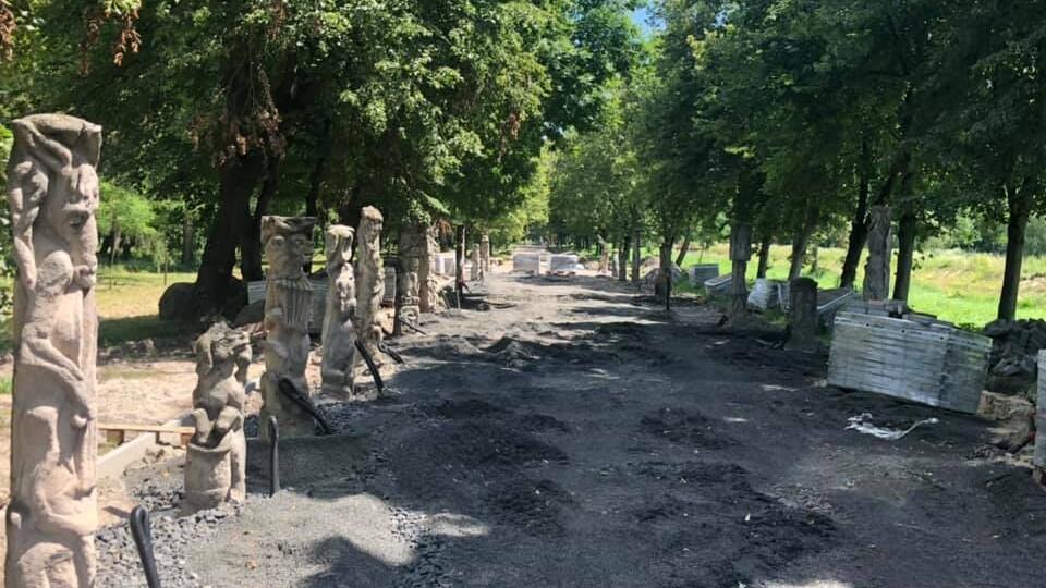 У Луцьку завершують облаштовувати алею скульптур Миколи Голованя