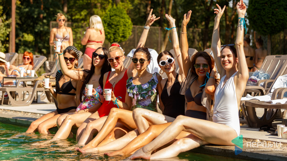 Відверті купальники та повний релакс: біля басейну Gosti відбулась грандіозна дівчача вечірка. ФОТО