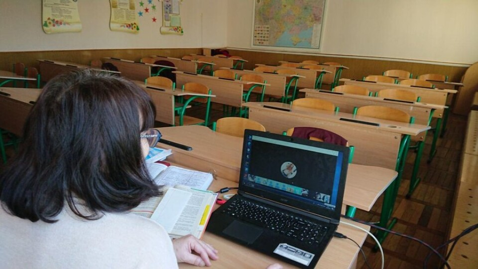 Учителі пояснюють, учні слухають і навіть отримують оцінки. Як у луцькій гімназії навчаються онлайн