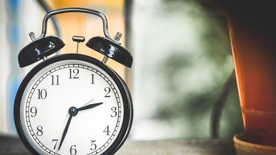 В Україні хочуть відмовитися від літнього часу і переведення годинників. Чому?