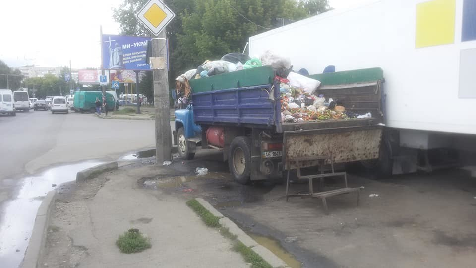 У Луцьку знайшли ще одне джерело смороду - біля Варшавського ринку. ФОТО