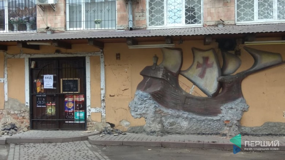 Луцький клуб «Кораблик» оновлює фасад і готує концерт на площі. ФОТО