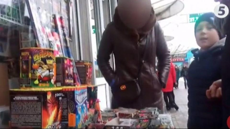 На луцькому ринку заборонені петарди продають навіть дітям. ФОТО