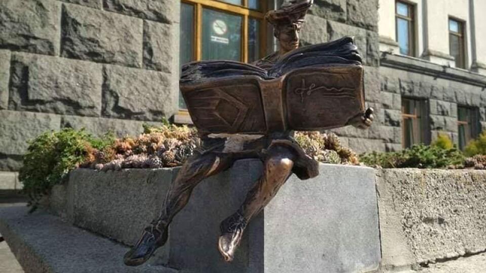 У центрі Луцька вкрали скульптуру кликуна. Просять повідомити про зловмисника