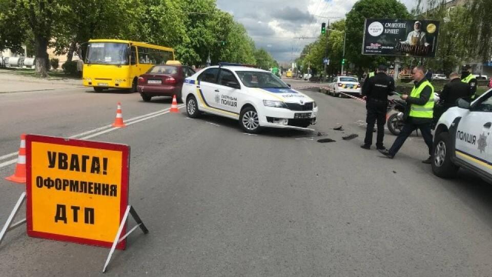 У Луцьку зіткнулися мотоцикліст та поліцейська автівка