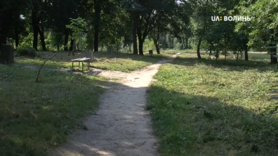 Косять, фарбують, латають: у парку імені 900-річчя Луцька кипить робота