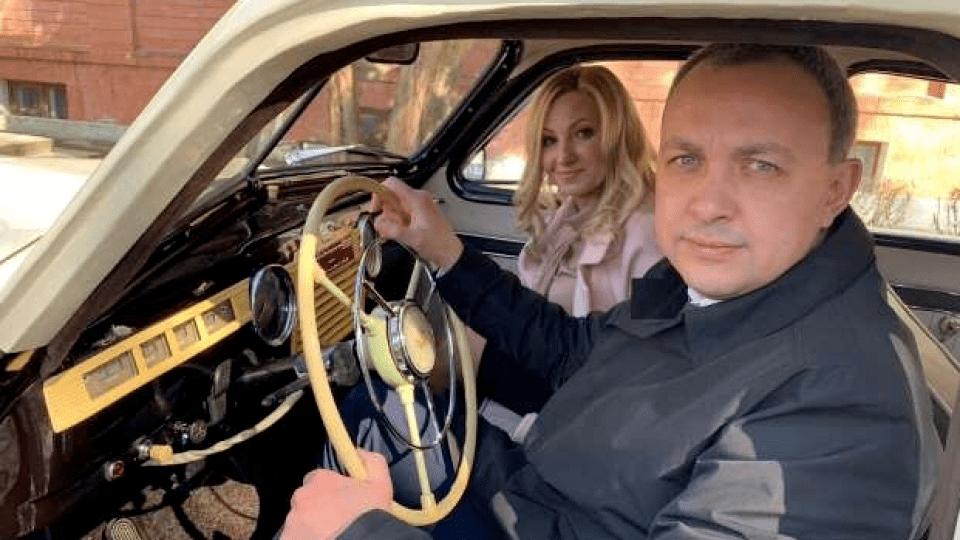 Рівненський губернатор приїхав голосувати на старій «Побєді». ФОТО