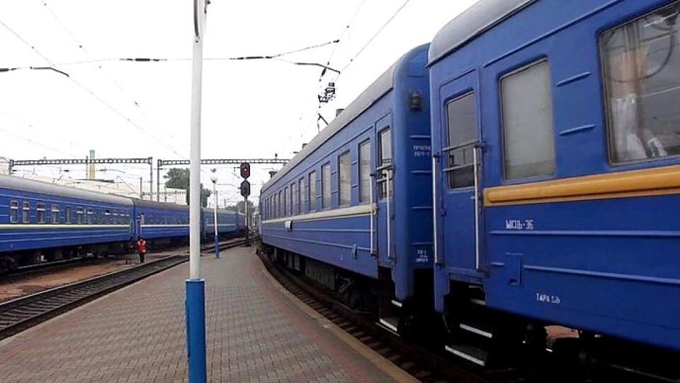 У потязі «Укрзалізниці» пасажир впав з верхньої полиці та помер. Причину смерті з'ясовують