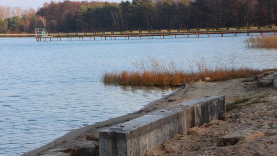 На Волині рятують озеро: берег Пісочного укріплюють бетонними блоками. ФОТО