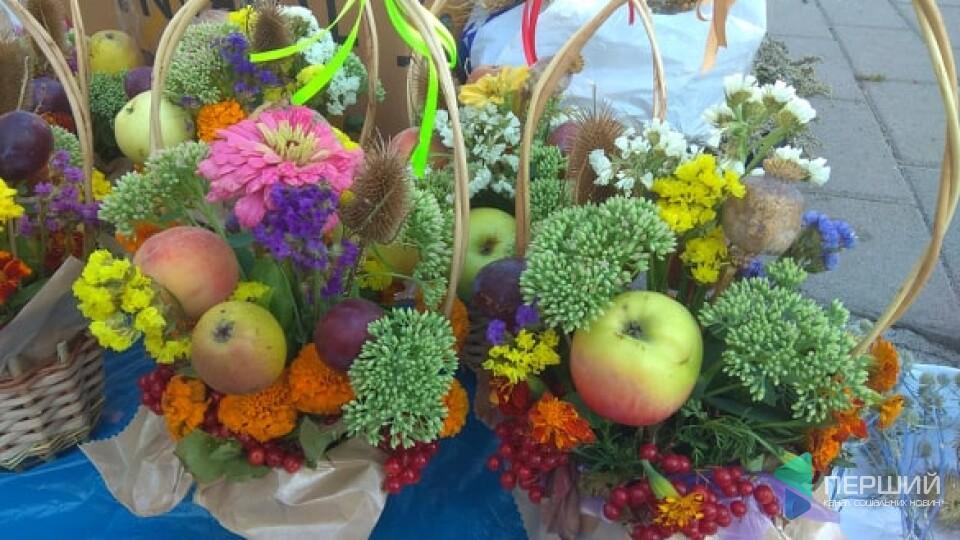 2 гривні за яблуко, 160 - за мед: у центрі Луцька - святковий ярмарок