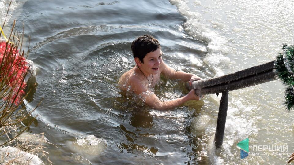«З такими цінами на газ вода ще тепла». Як у центрі Луцька пірнали в ополонку