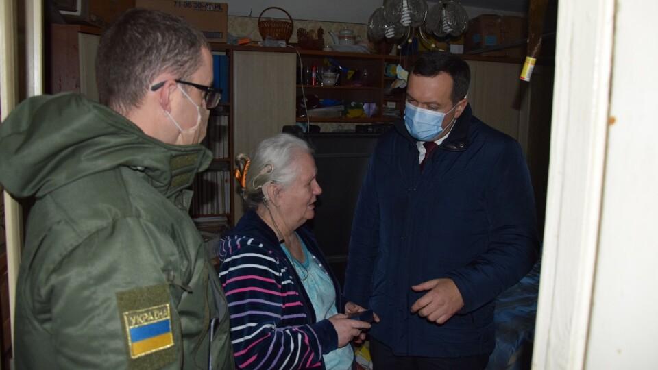 Нагородили незрячу волонтерку з Луцька, якав'яже рукавички бійцям