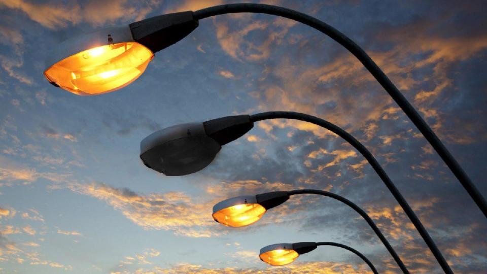 У Луцьку взялися ремонтувати вуличні ліхтарі