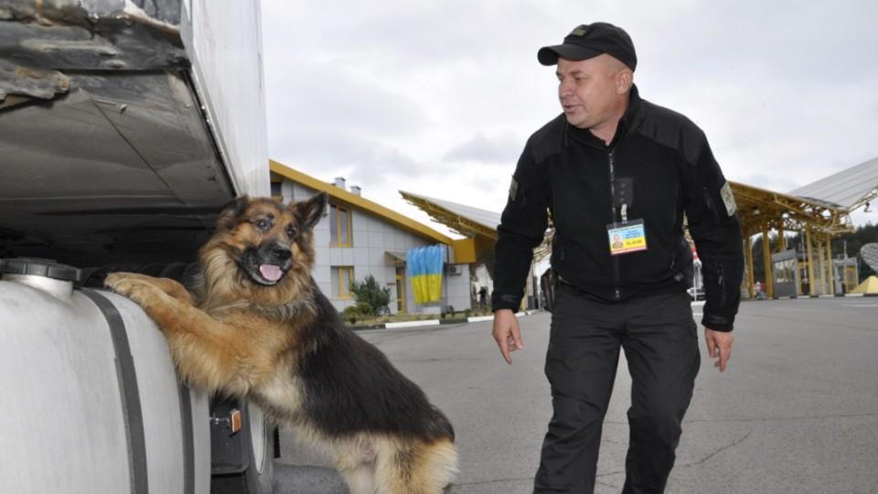 На «Ягодині» собаки винюхали наркотики у 19-річного хлопця
