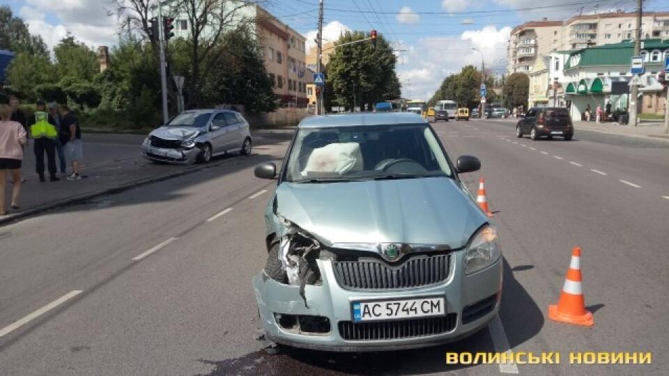 Спрацювали подушки безпеки: у Луцьку на Ковельській зіткнулися дві автівки. Відео