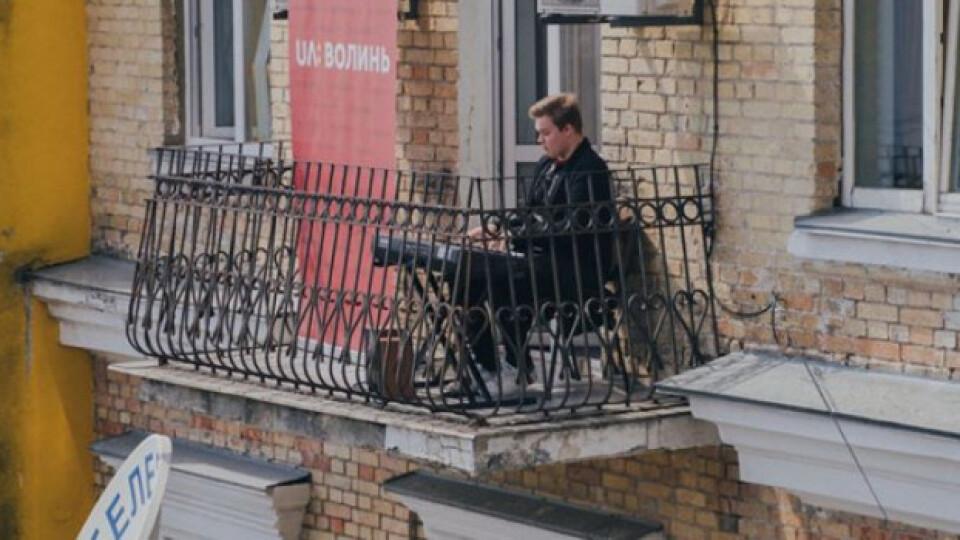 У Луцьку влаштують концерт на балконі. Гратиме скрипалька