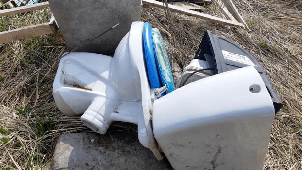 З кладовища у Рощижі зробили смітник. Викидають унітази, ліжка, телевізори