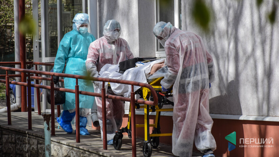 Де поділися карантинні надбавки медикам? Як ми шукали 300% до зарплати