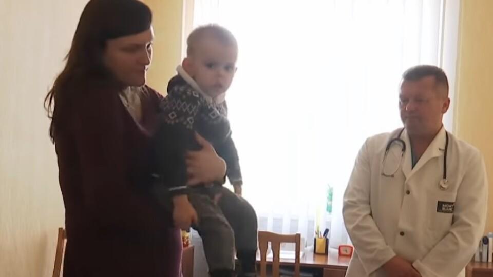 Найбільша мрія – щоб дитина знову стала на ноги. Який стан хлопчика, котрий захворів на поліомієліт