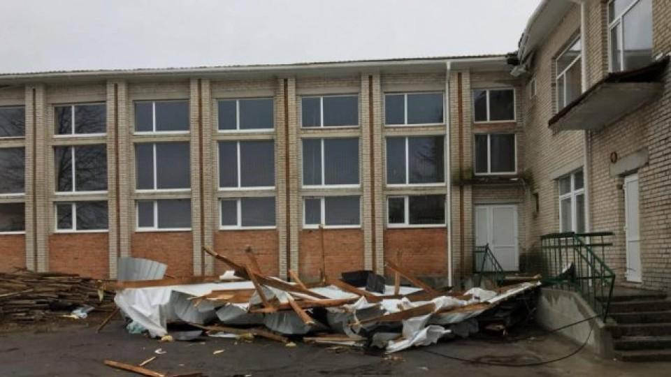 У селі під Луцьком вітер зірвав дах зі школи. ФОТО