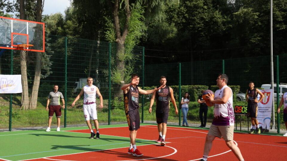 У Луцьку відкрили спортивний спортивний майданчик за мільйон гривень