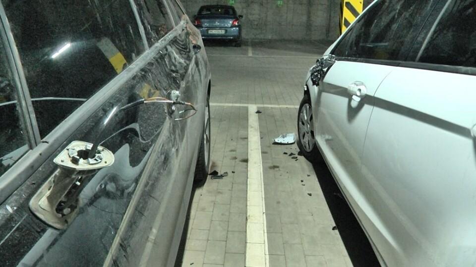 «Побив автівки і заснув на капоті». У Луцьку п'яний чоловік дебоширив на парковці