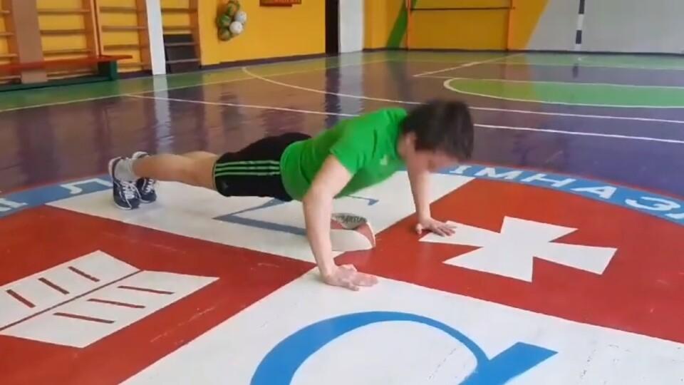 У Луцьку школяр віджався від підлоги 55 разів за 30 секунд. Відео