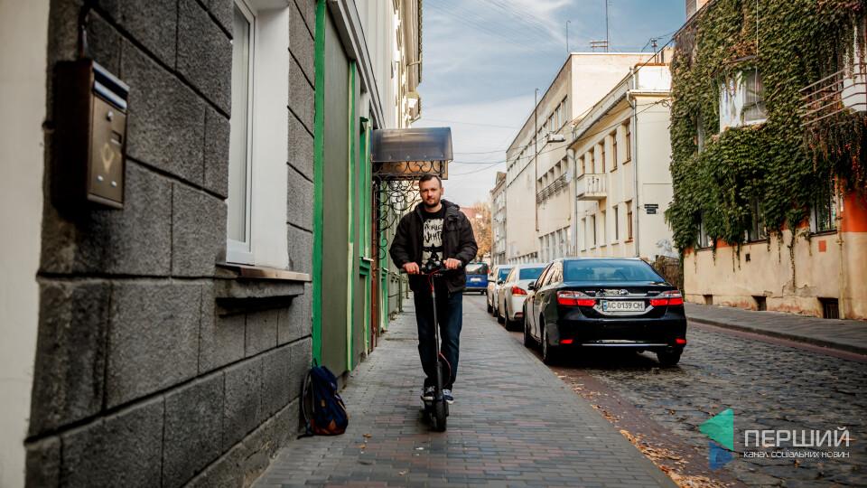 Самокат замість маршрутки: у Луцьк йде мода на нові колеса