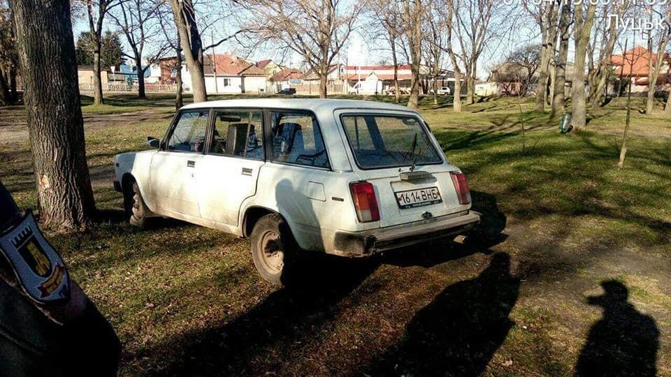 У Луцьку влаштували «полювання» на водіїв, які паркуються серед газону і на тротуарах. ФОТО