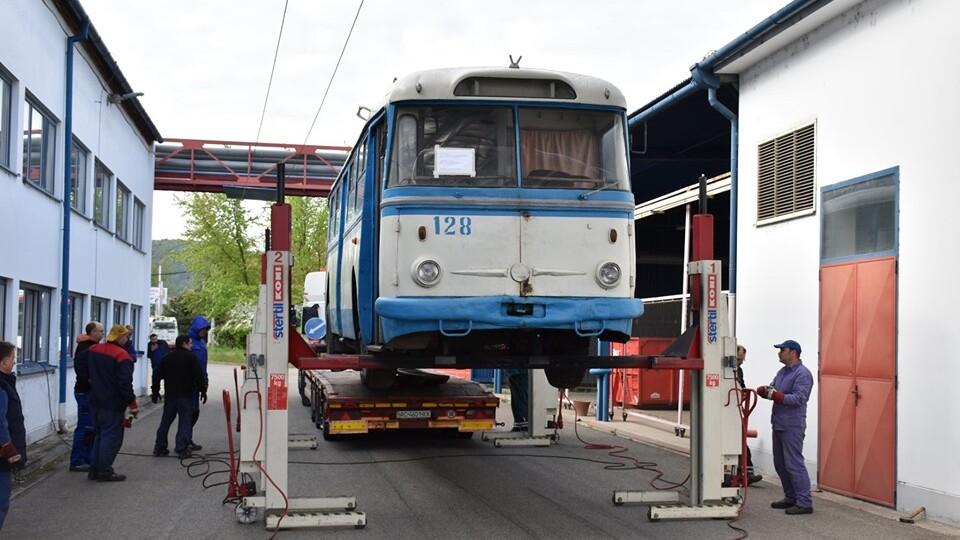 У Рівному чехам продали старезний тролейбус. Усі задоволені