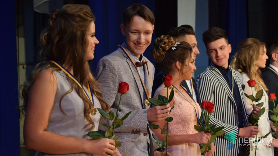 Як у Луцьку випускників нагороджували медалями. ФОТО