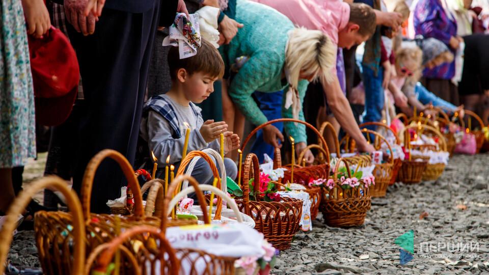 У Луцьку святять паски. Фоторепортаж із храму Всіх Святих землі Волинської