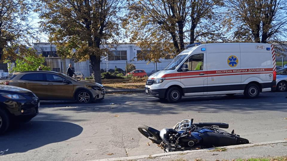 У Луцьку на Дубнівській автівка збила мотоцикліста