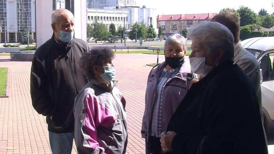 Дачники прийшли під стіни Волинської ОДА просити додаткові автобуси