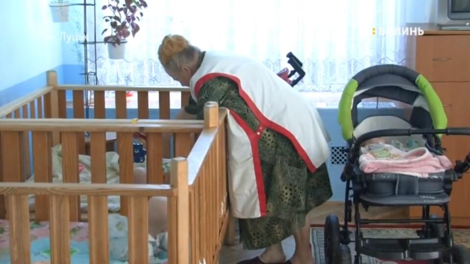 Місяць без мами. Дівчинку, яку волинянка покинула у лікарні, доглядають у Будинку дитини