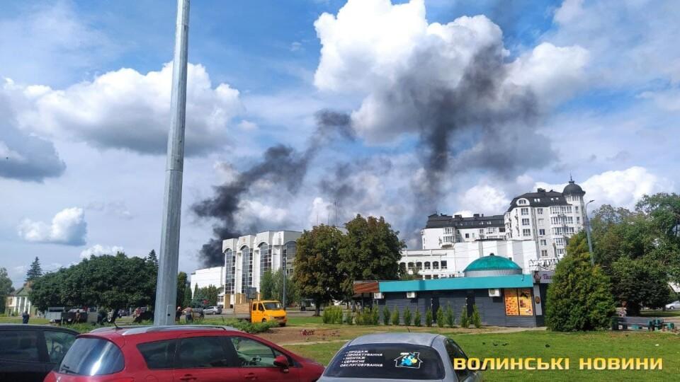 Стовп чорного диму: у Луцьку загорілися автомобільні шини. Відео