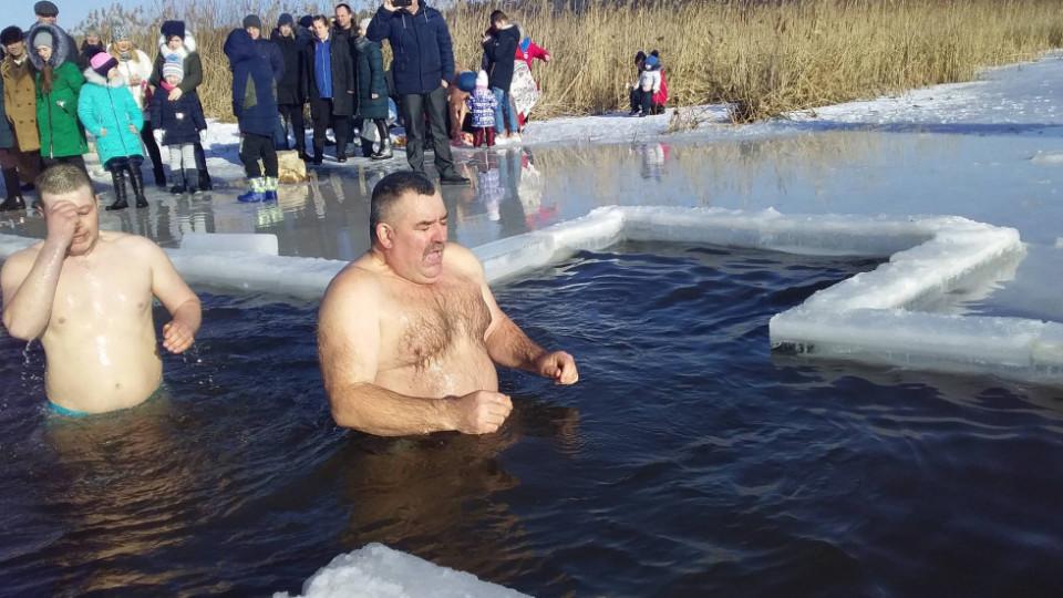 Як купалися на Водохреще в озері у Холопичах. ФОТО