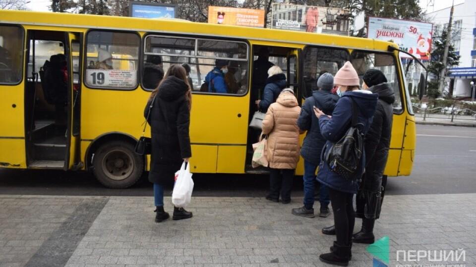 Луцька влада просить у Кабміну дозволити перевозити у маршрутках і тролейбусах більше людей