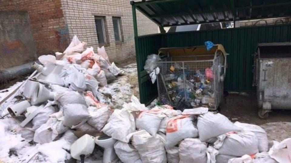 Чому переповнені деякі луцькі контейнери зі сміттям