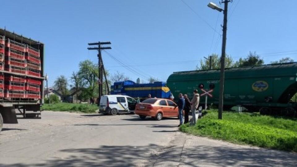 У Володимирі зіткнулися фура, легковик та потяг