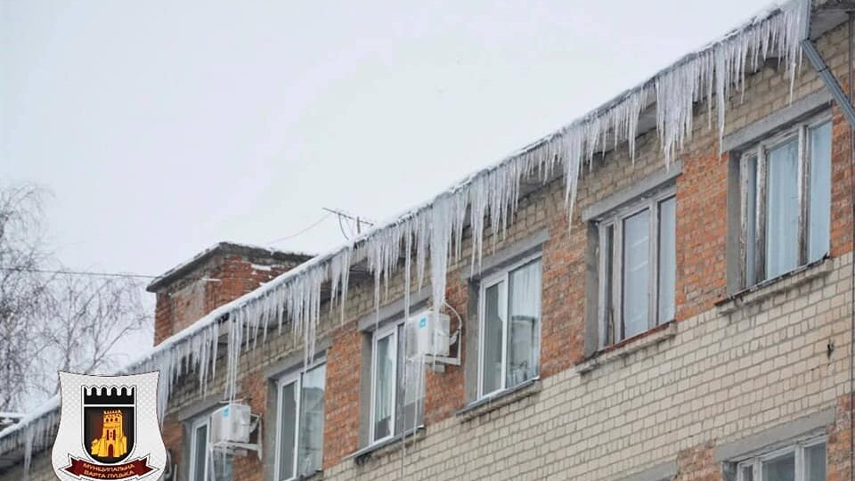 Лучан просять триматись на відстані від будинків через бурульки та сніг на дахах