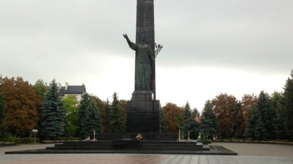 Лучанка просить заборонити шумні компанії та скейтерів на меморіалі