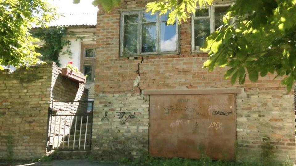 «Щодня відлітає цегла». У Луцьку руйнується будинок, де проживає дев'ять сімей
