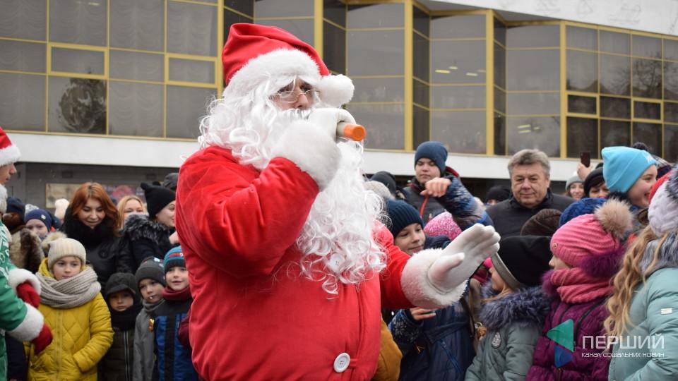 Як лучан розважали Санта і ельфи біля вантажівки «Coca-Cola». ФОТО